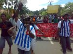 Photo: the crowed is led by executive governor of the West Papua National Authority area 2 Markus Yenu and the chairman of Solidaritas Pemuda Melanesia Papua Barat (SPMPB) Abraham Wainasiri. SH
