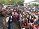 Ribuan Masa Aksi yang terdiri anak kecil, orang dewasa, mama, bapak tete dan nene yang datang berbodong untuk mengikuti aksi demo