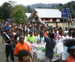 Tampak Poto II Sekretaris Jendral  Negara Bagian Domberai, Tuan Alfred Auparai melakukan orasi-orasi politik dan pedidikan politik perjuangan Papua menuju Pengakuan Kedaulatan Bangsa Papua diadapan Masa aksi 1