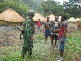 TNI 753 Btn interrogating locals in Sinak (photo: Malanesia.com)