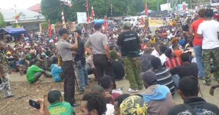 Indonesian Police surveille activists during the Papuan Cultural Parade, August 15, 2013
