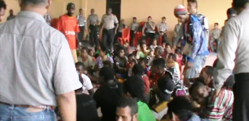 Papuans villagers  arrested and searched, detained in Aula Fakfak Police for interrogation (photo: Alex Tethool / Jubi / Fakfak)