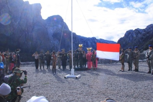 "Tito Karnavian's so-called Puncak Jaya summit Indonesian flag raising ceremony to conquer Papua.  Note the flat ground on the Grasberg mine site where the ceremony was held, and the several hundred metres of Papua's highest mountain Nemangkawi looming above the alleged ""summit ceremony""  (Photo: POLRI)"