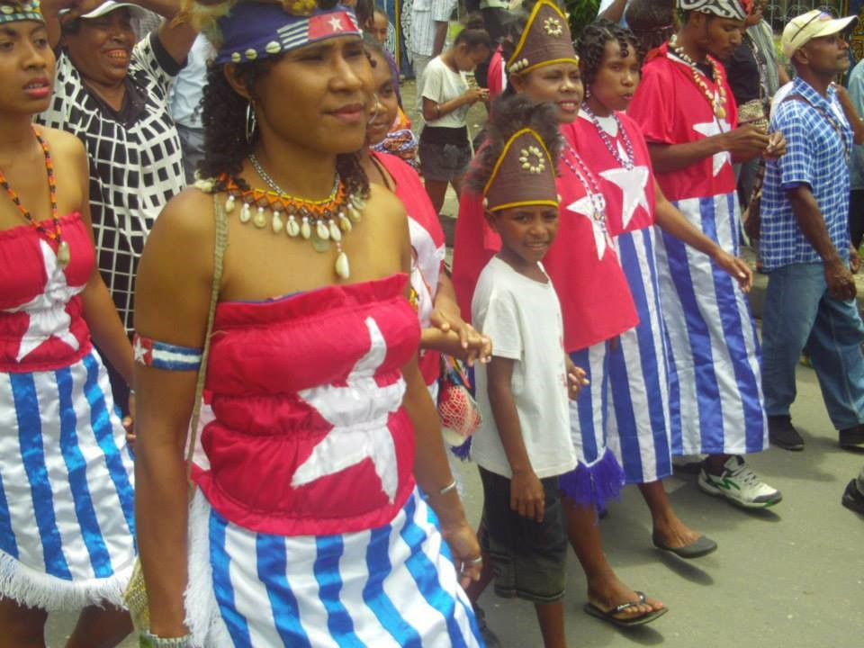 traditional australian clothes women papuan women wearing the